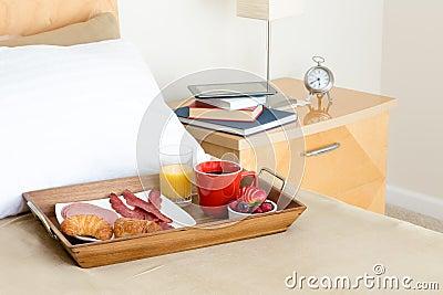 entspannendes fr hst ck im bett und eine zeit zu lesen stockfoto bild 55752166. Black Bedroom Furniture Sets. Home Design Ideas