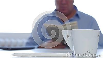 Entspannte Geschäftsmann-Use Cellphone Drink-Kaffee-und -lesezeitungs-Informationen stock video footage
