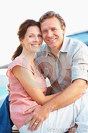 Entspannte mittlere gealterte Paare, die eachother umfassen