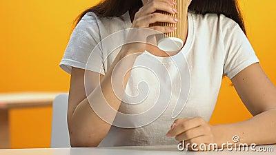 Entspanntes trinkendes Heißgetränk der Frau in der Cafeteria, Energiegetränk, Koffein stock video