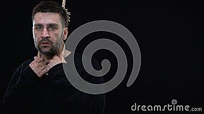 Enttäuschter Mann in der Seilschleife auf schwarzem Hintergrund, Lebenkrise, Krise stock video