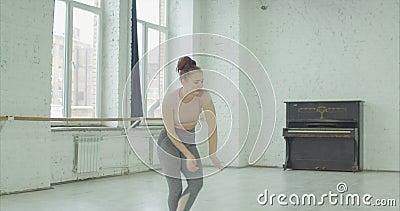 Enttäuschter weiblicher Tänzer, der weg Schlag geht stock footage