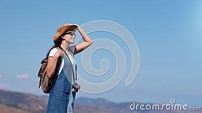 Entzückender lächelnder aktiver weiblicher Wanderer, der erstaunliche Naturstellung auf Berg bewundert stock footage