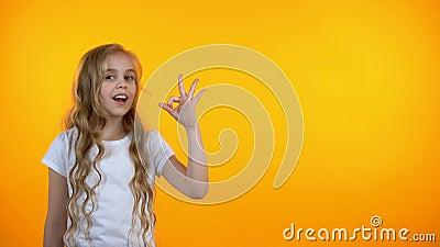 Entzückendes jugendlich Mädchenvertretungs-O.K.zeichen und Blinzeln, empfehlender Service, Schablone stock video footage