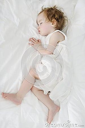 Entzückendes Kleinkindmädchenschlafen
