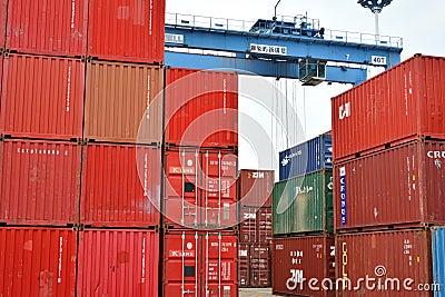 Envase rojo y grúa azul, Xiamen, China Foto editorial