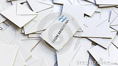 Enveloppe avec texte From Argentina sur pile d'autres enveloppes Animation 3D conceptuelle liée au courrier international clips vidéos