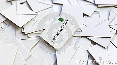 Enveloppe avec texte De l'Algérie sur pile d'autres enveloppes Animation 3D conceptuelle liée au courrier international banque de vidéos