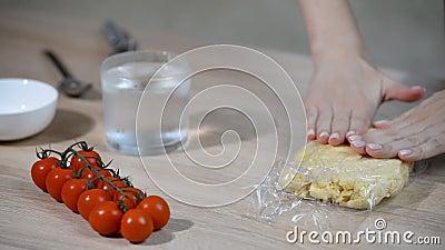 Envolva a massa na película de plástico clara do filme Fazendo a massa de pastelaria video estoque