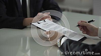 Equipaggi il contratto di firma che vede i soldi fra le pagine, il dono, la prosperità della corruzione stock footage