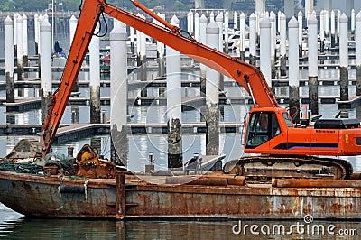Equipamento de construção que trabalha na doca
