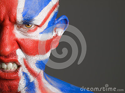Equipe a bandeira pintada face de Reino Unido, expressão irritada