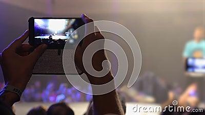 Equipe a batalha em seu smartphone no clube, atividades do breakdance do película de lazer vídeos de arquivo