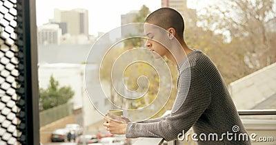 Equipe comer o café ao estar no balcão 4k video estoque