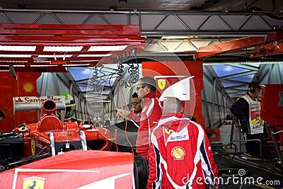 Equipe de Ferrari que prepara o carro de Felipe Massaâs Imagem Editorial