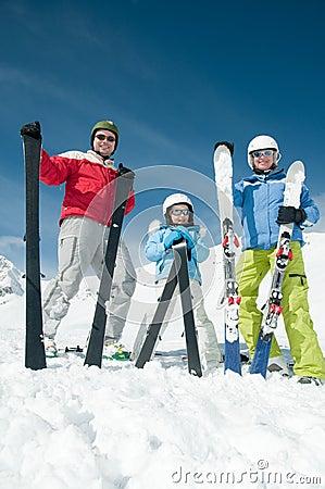 Equipe do esqui da família