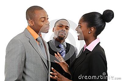 Equipe do negócio que tem uma discussão