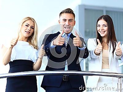 Equipe do negócio com os polegares