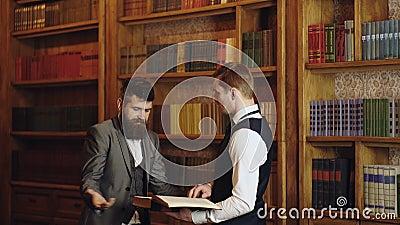 Equipe dos advogados na biblioteca de direito na universidade Livro de leitura dos advogados e discuss?o na biblioteca de direito filme