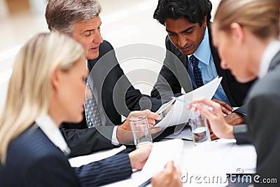 Equipe dos executivos que trabalham duramente no escritório