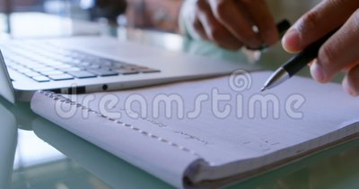 Equipe a escrita no bloco de notas ao usar o portátil em casa 4k filme
