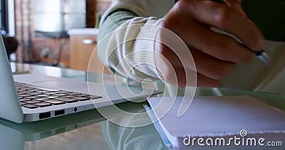 Equipe a escrita no bloco de notas na tabela em casa 4k video estoque