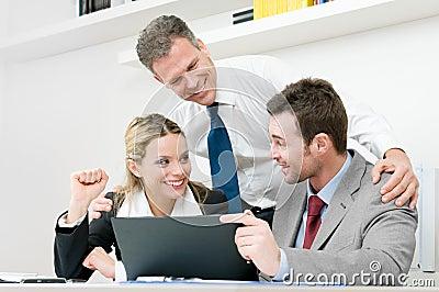 A equipe feliz do negócio comemora