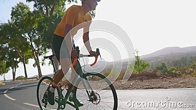 Equipe o ciclismo no exercício exterior da bicicleta da estrada em uma estrada vazia na manhã Conceito extremo do esporte Movimen vídeos de arquivo