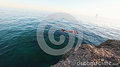 Equipe o salto fora do penhasco e dos mergulhos no mar Mediterrâneo filme