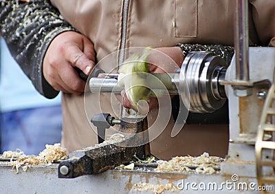 Equipe o trabalho no torno de madeira