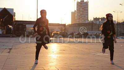 Equipo adolescente de la danza del hip-hop de las muchachas metrajes