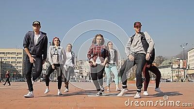 Equipo adolescente de la danza del hip-hop de las muchachas almacen de metraje de vídeo