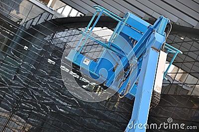 Equipo con la plataforma que trabaja en la construcción