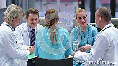 Equipo de doctores que tienen una reunión en la sala de conferencias almacen de video