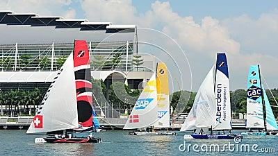 Equipos que compiten con en la serie navegante extrema Singapur 2013 Imagen de archivo editorial