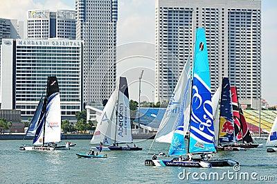 Equipos que compiten con en la serie navegante extrema Singapur 2013 Imagen editorial