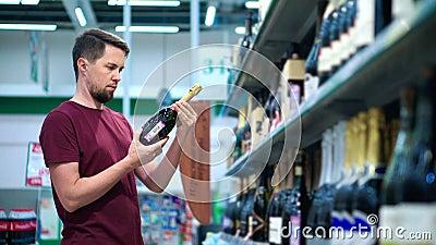 Er braucht eine Flasche Champagner stock video