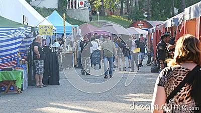 1er juin 2018 - village de Svidivok, Ukraine : Le festival de moteur de Tarasova Gora, cyclistes se reposent sur l'espace restaur banque de vidéos