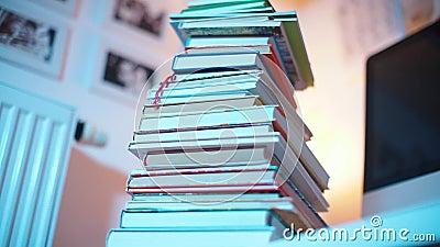Er staat een stapel boeken op tafel stock video