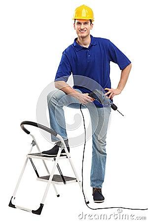 Erbauer mit Leiter und Bohrgerät