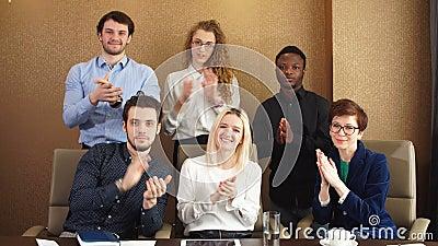 Erfüllte verschiedene Büroangestellte, die Hände nach Geschäftsseminar klatschen stock video