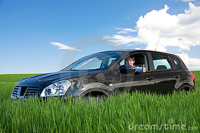 Erfolgreicher Geschäftsmann ist Thumbs-up in eigenem Auto