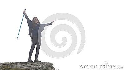Erfolgreiches glückliches Bergsteigermädchen in der Expedition, welche die Leistung des Erreichens von nebelhafter Gebirgsanheben stock video