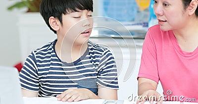 Asiatische Mama Bringt Sohn Zum Kommen