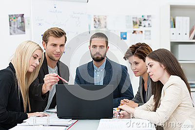 Ernstige groep bedrijfsmensen in een vergadering