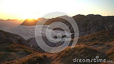 Erstaunliche Ansicht des Sonnenuntergangs über den Felsen und der Nordsee im südlichsten Punkt von Norwegen stock footage
