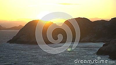 Erstaunliche Ansicht des Sonnenuntergangs über den Felsen und der Nordsee im südlichsten Punkt von Norwegen stock video footage