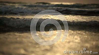 Erstaunlicher Sonnenuntergang ?ber dem tropischen Strand Ozeanstrand bewegt auf Strand an der Sonnenuntergangzeit wellenartig stock video footage