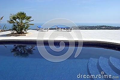 Erstaunlicher Swimmingpool im spanischen Landhaus mit unglaublichen Ansichten zur Stadt und zum Meer unten.