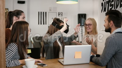 Erste Erfahrung mit jungem Team der Gläser der virtuellen Realität stützt junges schönes Brunettemädchen im modernen Startbüro stock footage